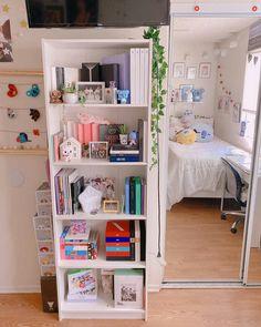 Room Design Bedroom, Room Ideas Bedroom, Bedroom Decor, Army Room Decor, Study Room Decor, Chambre Indie, Deco Cool, Pastel Room, Minimalist Room