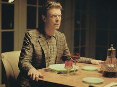 """Apenas unas horas después de las primeras reseñas periodísticas sobre """"The next day"""", el primer álbum en diez años de David Bowie, el camaleónico artista inglés acaba de habilitar """"por tiempo limitado"""" la escucha íntegra para todo el público a través de iTunes."""