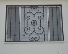 Fotografía de modelo de verjas de hierro con diseño artístico clásico bien balanceado