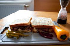 Toast mit Käse, gekochtem Speck, Butter, Pferferoni und Chili Chili, Sandwiches, Toast, Butter, Food, Cooking, Chile, Essen, Meals