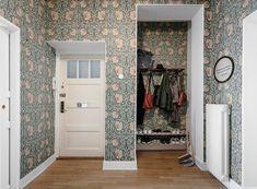 Gravity Home: Charming Scandinavian Apartment Gravity Home, William Morris Wallpaper, Home, Morris Tapet, Dream Apartment, William Morris Interior, Interior Design Styles, Scandinavian Apartment, Entryway