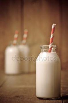 Stáhnout - Retro mléko láhev — Stock obrázek #11461284
