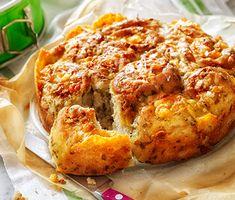Ett lyxigt bröd där degen får smak av både färsk timjan, persilja och finrivet citronskal. Degen kavlas ut till en platta och fylls med grovriven cheddarost. Skär degrullen i bitar och lägg i en form.