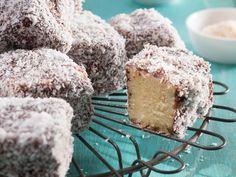 Hierdie vierkante van sponskoek bedek met sjokolade en klapper is net reg vir middagtee. Lamingtons Recipe, Kos, Sweet Recipes, Cake Recipes, My Favorite Food, Favorite Recipes, South African Recipes, Cookie Desserts, Cupcake Cakes