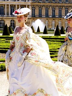 Kirsten Dunst as Marie Antoinette ~ Marie Antoinette Director Sofia Coppola Costume Marie Antoinette, Marie Antoinette Movie, Kirsten Dunst Marie Antoinette, Period Costumes, Movie Costumes, Historical Costume, Historical Clothing, Rococo Fashion, Vintage Fashion