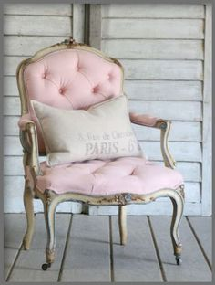 Inredning i Fransk Lantstil och Shabby Chic. Interior decorations in French Countrystyle and Shabby Chic Go Pink, Pastel Pink, Pink Grey, Blush Pink, Vintage Chairs, Antique Chairs, Everything Pink, Take A Seat, French Decor