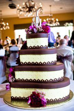 ► Pastel de cuatro niveles con cada nivel en la forma de un corazón. #pasteles #bodas