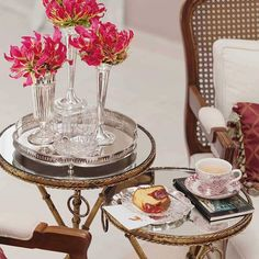 Domingo para descansar e repor as energias em casa! Com flores que amo, bolo com goiabada e café.
