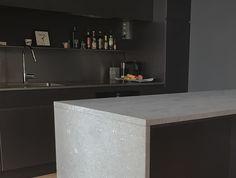 Dette er en kalksteins type som kan brukes på kjøkken! Det er ett hardt materiale som tåler mye av det ett kjøkken blir utsatt for, men er ikke 100% resistent mot syre | kalkstein | limestone | kjøkken | kitchen | moderne | modern | Kitchen Island, Kitchens, Home Decor, Natural Stones, Kitchen, Interior Design, Home Interiors, Decoration Home, Island Kitchen
