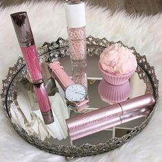 100% girly avec la Swan Amore, montre au bracelet cuir rose pastel. Un prix tout doux comme sa couleur 89€ - Pour toutes les amoureuses de la mode.