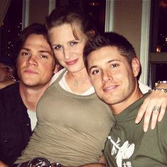 Jared Padalecki (Sam), Samantha Smith (Mary Winchester), and Jensen Ackles (Dean) Dean Winchester, Winchester Brothers, Chris Evans, Zeppelin, Familia Winchester, Emmanuelle Vaugier, Samantha Smith, Sam Smith, Jensen And Misha