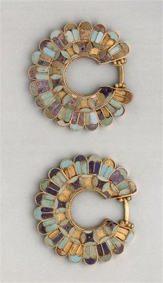 Earrings decorated with cloisonné from the Susa acropolis around 400 BC. Gold , lapis lazuli , turquoise. Achaemenid Persian period | Louvre Museum