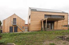 Stavby stojí kolmo k sobě, a vytvářejí tak polodvůr po vzoru původního tradičního uspořádání.
