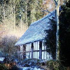 Smuk gammel bygning ved Kerte Præstegård #visitfyn #fyn #nature #visitdenmark #naturelovers #natur #denmark #danmark #dänemark #landscape #nofilter #assens #mitassens #danishnature #fynerfin #assensnatur #vielskernaturen #visitassens #instapic #picoftheday #january #canon #natgeo #sky #winter #january #winterindenmark #welovedenmark #travelgram