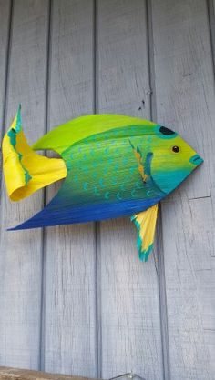Queen angel fish made from Palm tree materials Más Palm Tree Crafts, Palm Tree Art, Palm Trees, Palm Frond Art, Palm Fronds, Crafts To Make, Arts And Crafts, Coconut Fish, Driftwood Fish