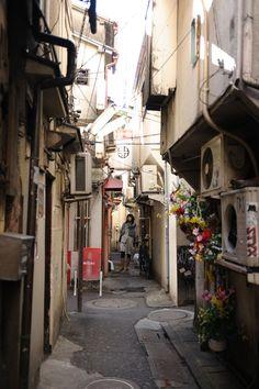 今年最初の撮影会 路地裏編 その2 わーるういんどのメタボ : 何かいい!何とも言えない気持ちになる路地裏探訪 - NAVER まとめ Old Shanghai, Japan Landscape, Tokyo City, Year Of The Dragon, Alleyway, Urban Setting, Building Exterior, Japan Photo, Japanese Streets