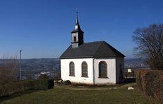 Die Woche hat so herrlich sonnig und frühlingsmäßig begonnen, ... ... und jetzt soll es nächste Woche wieder Schnee geben ? :-( Das wird der Merziger Kreuzbergkapelle auch nicht gefallen.