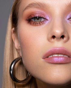 make up Holiday Party Makeup 2018 Lip Makeup Holiday Lip Makeup kylie jenner Makeup party Contour Makeup, Glam Makeup, Pretty Makeup, Skin Makeup, Makeup Looks, Eyeshadow Makeup, Eyeshadow Palette, Pink Eyeliner, Glitter Makeup