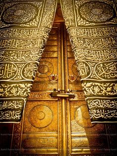 Door of Kaaba (also known as the Sacred House), in Makkah, Saudi Arabia.The most sacred site in Islam. Masjid Al Haram, Islamic Architecture, Art And Architecture, Mekkah, Les Religions, Beautiful Mosques, Unique Doors, Islamic Art, Islamic Quotes