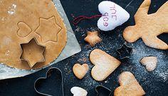 Det skal være pepperkaker til jul. Og selv om du er allergisk mot gluten, så kan du knaske deg gjennom desember på disse. - Disse perfekte pepperkakene har en deilig balanse mellom pepper, ingefær og nellik, skriver Monica Jensen Hellmann i son bok «Glutenfri jul». Foto: Marte Garmann/Garmann Forlag. Gingerbread Cookies, Christmas Cookies, Stuffed Peppers, Baking, Desserts, Jul Diy, Food, Gluten Free, Spirit