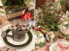 Páscoa - decoração de almoço country chic - arranjos de suculentas em regador e ervas ( Arranjos: Lucia Milan )
