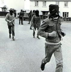 UDA (Ulster Defence Association) on the streets of Londonderry. 30/09/72