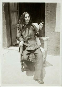 Frida kahlo fumando un cigarrillo