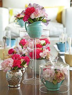 Jarras, xícaras e açucareiro viram vasos de várias alturas e enfeitam o ambiente