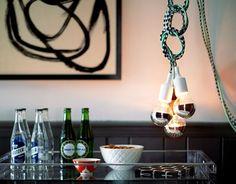 Hang een aantal #kabel #hanglampen als groepje bij elkaar en bundel de #snoeren tot een leuk geheel. Leuk effect met meerdere #kleuren snoeren. #lights #lightbulb #color #condult