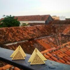 Aretes Triangulo de sol de la mas reciente colección #amanecer #taniarevueltasjoyeria #filigranacontemporanea #joyeriaartistica #lujoartesanal #oro #handmadeincolombia #luxuryjewelry #colombiaesrealismomágico #colombiaismagicalrealism #gold #dawn