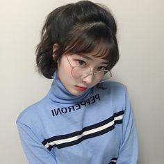 Oculos blusa azul cabelo curtinho