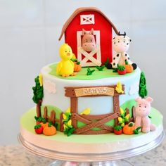 Festa Fazendinha: 140 imagens para você se apaixonar pelo tema Farm Birthday Cakes, Animal Birthday Cakes, Farm Animal Birthday, 2nd Birthday, Mcdonalds Birthday Party, Barnyard Cake, Barn Cake, Farm Animal Cakes, Farm Party