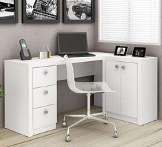 Escritório em casa simples com mesa l pequena e bastante espacos de armazenamento como armários e gavetas
