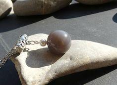 Grosse perle d'agate grise naturelle et perle d'eau douce montées en pendentif : Pendentif par lapassiondisabelle