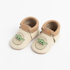 This is a pre-order item. These moccs are perfectly adorable printed on neutral leather featuring our weathered brown collar and matching soles. Disney Tattoos Quotes, Disney Quotes, Disney Lessons, Freshly Picked Moccasins, Star Wars Shoes, Star Wars Kids, Star Citizen, Disney Inspired, Final Sale