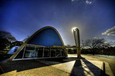 Igreja de São Francisco - Projetada por Oscar Niemeyer e inaugurada em 1943, faz parte do Conjunto Arquitetônico da Pampulha. Com suas linhas arrojadas, é considerada um marco da arquitetura moderna brasileira, tendo se tornado um importante símbolo de Belo Horizonte. Em sua fachada, apresenta painel de  Cândido Portinari, e em seu interior, 14 painéis caracterizam a Via  Sacra. Foto de Kazuo Okubo.