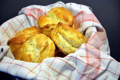 Scones og afternoon the. Få lækker opskrift på skotske scones. De er hurtigt lavet, og der er også en chokolade scones udgave! Scones, Clotted Cream, Afternoon Tea, Food For Thought, Bread, Snacks, Baking, Breakfast Ideas, Danish Recipes