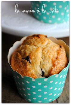 muffins américains      190 grammes de farine     1 oeuf     1 demi sachet de levure chimique     90 grammes de sucre en poudre     120 millilitres de lait     80 grammes de beurre fondu     1 cuillère à café de vanille liquide     140 grammes de pépites de chocolat     1 cuillère à soupe de cassonade     1 pincée de sel Pound Cake Recipes, Muffin Recipes, Food Cakes, Cupcake Cakes, Desserts With Biscuits, Cake Factory, Brownie Cake, Biscuit Cookies, Love Food