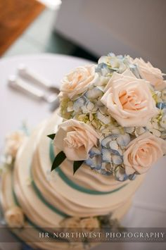 Great flowers on top of the cake with the perfect combination of color