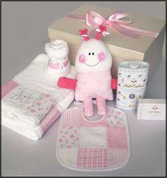 Set # 3 para nena.  Caja de presentación+Babero+babita+juego de toallón y toalla+muñeco+fécula Petit enfant+jabón Petit Enfant