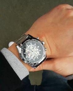 Ceasurile de mână bărbătești premium, de la Jean Silver sunt confecționate din oțel inoxidabil, cu un grad ridicat de rezistență la șocuri și cu indicatoare fosforescente. Se disting printr-un aspect îndrăzneț și calitate superioară, fiind realizate pentru bărbații eleganți. Amazing Watches, Breitling, Gadget, Watches For Men, Accessories, Fancy Watches, Men Watches, Men, Men's Watches