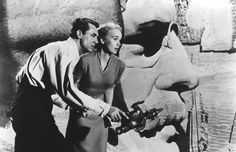 """""""In Intrigo Internazionale"""", durante la scena sul Monte Rushmore, volevo che Cary Grant si nascondesse nella narice di Lincoln e avesse l'impulso a starnutire. La commissione Parks del Dipartimento degli Interni fu piuttosto seccata dall'idea. Ho discusso finchè uno di loro non mi ha chiesto se mi sarebbe piaciuto vedere Lincoln che si infilava nel naso di Cary Grant. Capii al volo il loro punto di vista"""""""