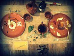 """A Pompei, a pochi metri dall'area archeologica, c'è """"Caupona"""" (dal latino, """"locanda, osteria""""), il primo ristorante """"archeo-esperienziale"""", completamente ispirato all'antica città romana distrutta dal Vesuvio, dove un pranzo o una cena diventano una vera e propria immersione negli usi e nei costumi in voga nella Pompei di duemila anni fa. Ecco perché le bevande e i cibi, ovviamente ispirati alle ricette ..."""