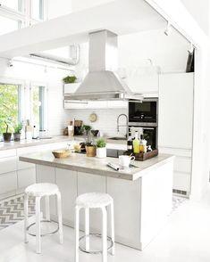 Teolliset yksityiskohdat sekoittuvat keittiön skandinaaviseen tyyliin. Iso saareke kruunaa kokonaisuuden, tarjoten samalla myös hyvän työskentelytason. Living Room And Kitchen Design, Kitchen Dining, Decor Interior Design, Interior Design Living Room, Room Interior, Luxury Decor, Luxury Interior, White Decor, Home Decor Bedroom