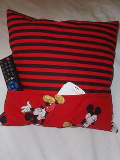 Damit auf der Couch nichts verloren geht, habe ich ein Kissen Organizer genäht. Zuerst sucht man sich die passenden Stoffe raus. Ich habe hier einen rot/schwarz gestreiften und einen roten Mickey Mouse Baumwollstoff genommen. Die Rückseite ist übrigens schwarz. Die...