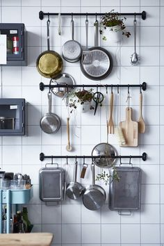 Use this practical space-saving storage solution in the kitchen for your kitchen utensils. Get more small kitchen ideas here. Use this practical space-saving storage solution in the kitchen for your kitchen utensils. Get more small kitchen ideas here. Kitchen Rails, Kitchen Wall Storage, Kitchen Ikea, Kitchen Storage Solutions, Smart Kitchen, Kitchen Decor, Kitchen Utensils, Kitchen Small, Kitchen Pantry