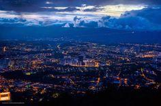 Cae la noche en nuestra Bucaramanga y las luces nos dejan ver un panorama simplemente espectacular. Gracias @maurobucaro por compartir esta excelente foto.