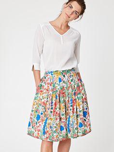 Krásná letní sukně Primervera ze 100% tencelu s potiskem letní rozkvetlé louky. Sukně je jemně řasená, v pase do gumy, nechybí kapsy. Tencel je přírodní chladivý materiál obzvláště vhodný do horkých dnů. Doplňtě bambusovým topem pro největší pohodlí i v letních dnech.