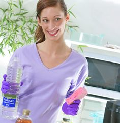 Contre les mauvaises odeurs et les bactéries, le vinaigre blanc est votre allié le plus efficace et le plus économique. Il est idéal pour nettoyer votre intérieur. Comptez un euro pour un litre de vinaigre d'alcool.Ses avantages sont multiples. Il est non-toxique puisqu'alimentaire et multi-fonction grâce à son acidité. Découvrez cinq utilisations du vinaigre blanc …