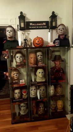 Okay if I was in somebody's house and they had that much Michael Myers stuff at night waking up to go to the bathroom I would scream FUCK! And have a heart attack. Halloween Movies, Halloween Horror, Scary Movies, Fall Halloween, Halloween Poems, Slasher Movies, Horror Movie Characters, Horror Movies, Arte Horror